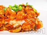 Рецепта Вкусни задушени пилешки хапки от гърди с гъби, домати и бяло вино на тиган